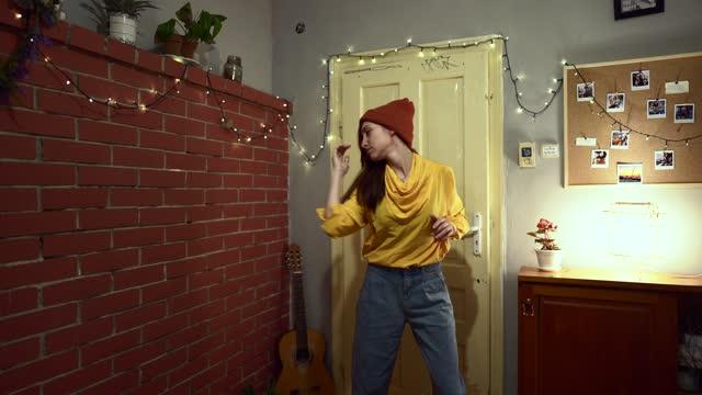 frau tanzt zu hause - achtsamkeit persönlichkeitseigenschaft stock-videos und b-roll-filmmaterial