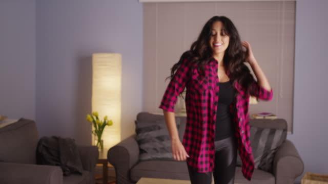 vídeos de stock, filmes e b-roll de woman dancing in living room - atirar