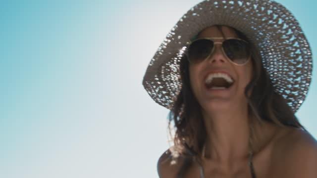 Mujer bailando en el sol