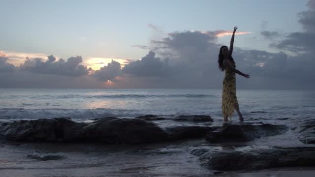 woman dancing on beach - パレオ点の映像素材/bロール