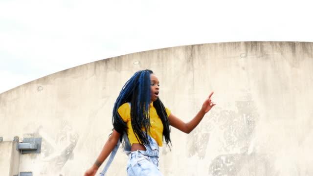 vídeos de stock e filmes b-roll de ms la woman dancing on rooftop of building - perícia