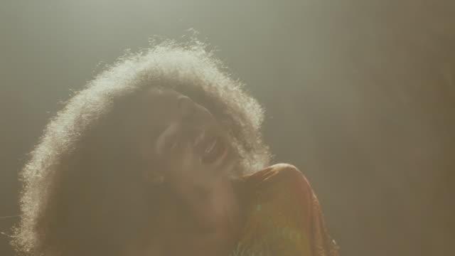 vídeos de stock e filmes b-roll de woman dancing - articulação humana