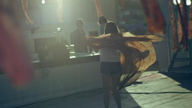 danza donna - tetto video stock e b–roll