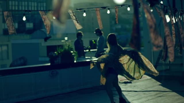 frau tanz - balkon stock-videos und b-roll-filmmaterial
