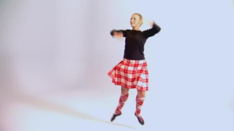vídeos y material grabado en eventos de stock de woman dancing - tartán
