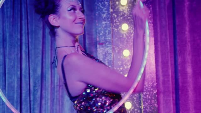 vidéos et rushes de woman dancing with luminescent plastic hoop - théâtre burlesque