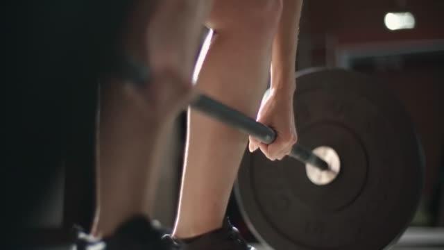 vídeos de stock, filmes e b-roll de woman deadlifting at gym - musculação com peso