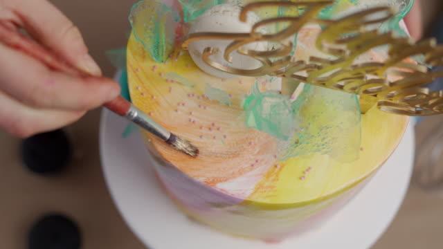 vidéos et rushes de gâteau d'anniversaire de décoration de femme - personnes belles