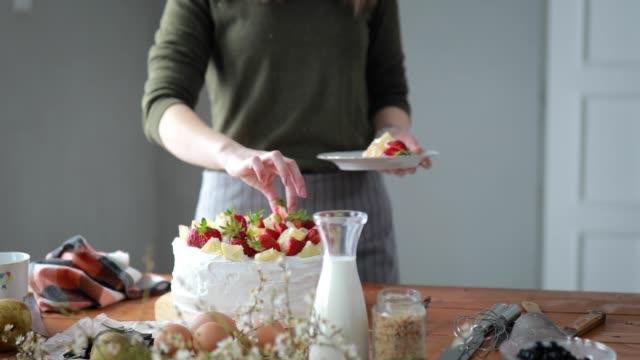 vídeos de stock, filmes e b-roll de mulher de decoração de bolo com frutas - último dia