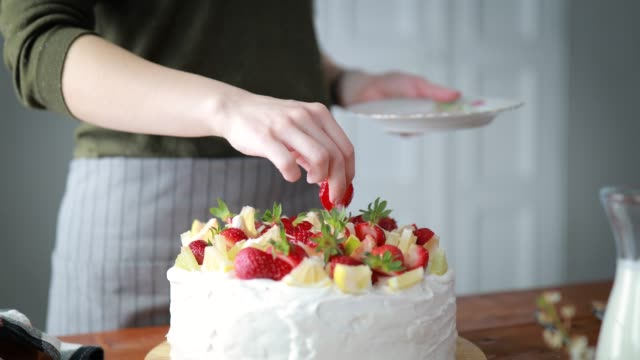 woman decorating cake with fruits - mid adult women stock videos & royalty-free footage