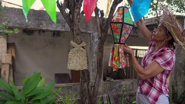 vídeos de stock e filmes b-roll de woman decorating festa junina - latino americano