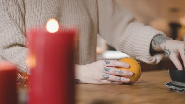 frau, die orangen mit nelken zu weihnachten dekorieren - schweden stock-videos und b-roll-filmmaterial