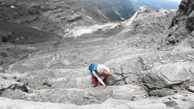 スイスのフェラータトレイルを経由して降りる女性 - 目が回る点の映像素材/bロール