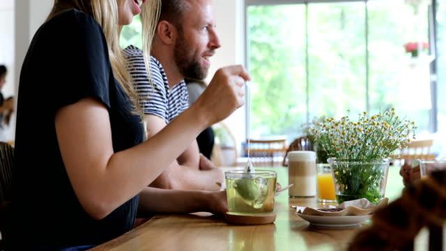 kvinna doppning tepåse i cup av vän i café - tre människor bildbanksvideor och videomaterial från bakom kulisserna