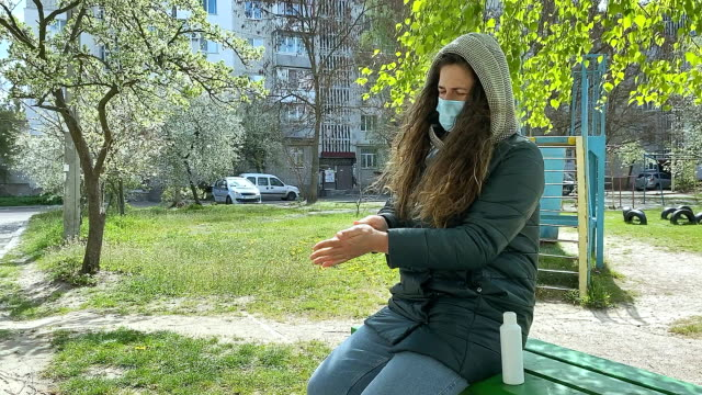 kvinnan desinficerar händerna på en promenad. - människoarm bildbanksvideor och videomaterial från bakom kulisserna