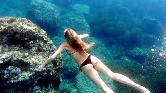 マヨルカ島の透き通った海でダイビングする女性 - マヨルカ点の映像素材/bロール
