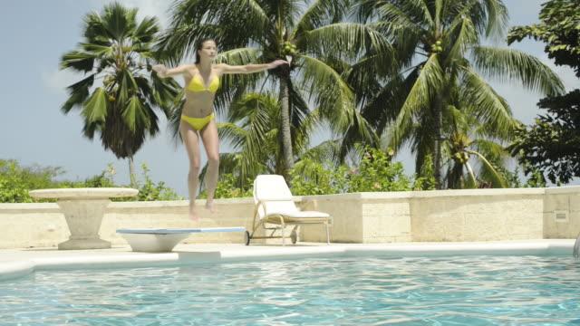 vidéos et rushes de woman diving into swimming pool - plonger dans l'eau