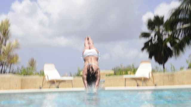 vidéos et rushes de woman diving into swimming pool - antilles occidentales