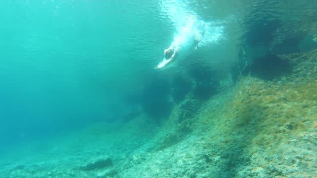 青い海でダイビング水中 ms 女性 - 水着点の映像素材/bロール