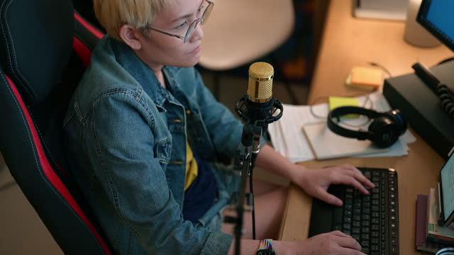 frau dj live-streaming im heimstudio - content stock-videos und b-roll-filmmaterial