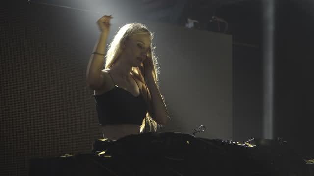stockvideo's en b-roll-footage met slo mo woman dj mixen en dansen muziek op club - club dj
