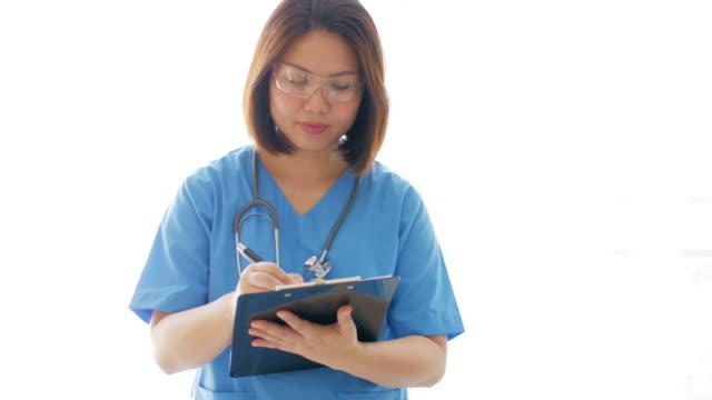 青い制服充填クリップボード グラフに書く女性医師