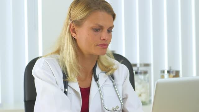 vídeos de stock e filmes b-roll de woman doctor working in the office - só uma mulher de idade mediana