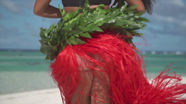 a woman does a hula dance tropical islands in french polynesia. - slow motion - territori francesi d'oltremare video stock e b–roll