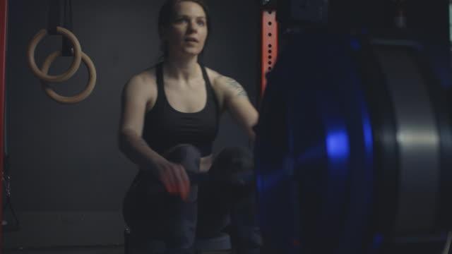 ボートマシンでクロストレーニングトレーニングをしている女性。 - 自制心点の映像素材/bロール