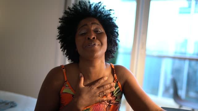 vídeos y material grabado en eventos de stock de mujer haciendo una videollamada en casa - webcam punto de vista - vida real