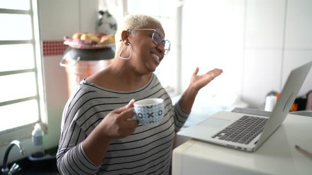 vídeos de stock, filmes e b-roll de mulher fazendo uma videoconferência no laptop em casa - sentir a falta emoção