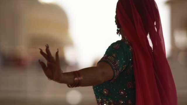 vidéos et rushes de woman doing an indian dance for holi - châle