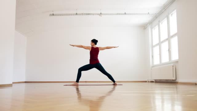 vídeos y material grabado en eventos de stock de woman doing ashtanga yoga - centro de yoga