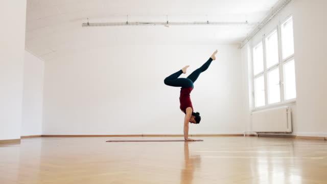 woman doing ashtanga yoga - yoga stock-videos und b-roll-filmmaterial