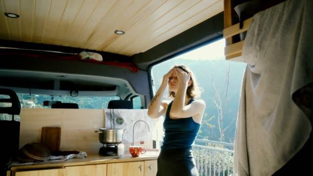 frau dabei schönheitsroutine in der van - camping stock-videos und b-roll-filmmaterial