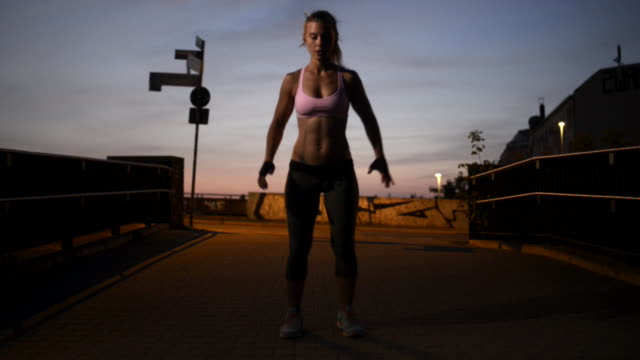stockvideo's en b-roll-footage met woman doing burpees at freeletics workout. - sportkleding