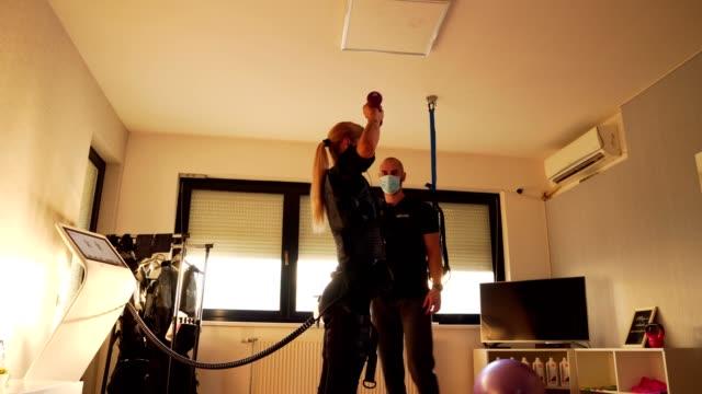 ダンベルで運動している女性 - 電極点の映像素材/bロール