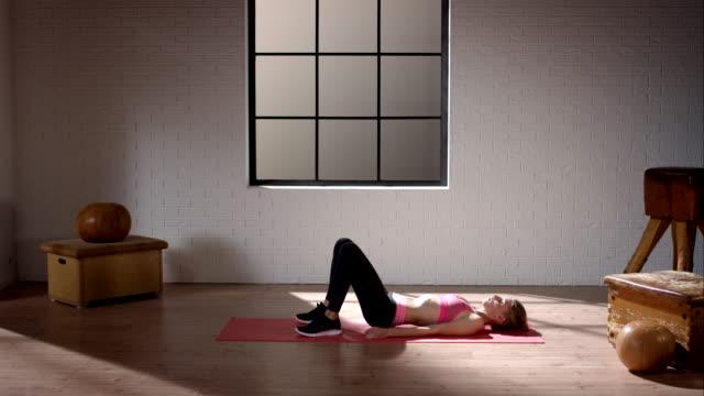 frau machen ihr workout im fitnessraum (becken aufzug - knochen im beckenbereich stock-videos und b-roll-filmmaterial
