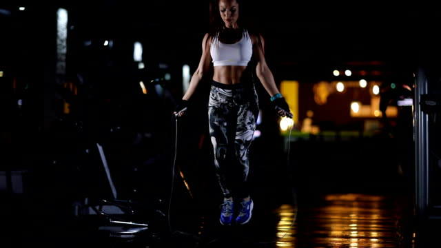 vídeos y material grabado en eventos de stock de mujer haciendo ejercicio de la cuerda de salto en el gimnasio - brazo humano