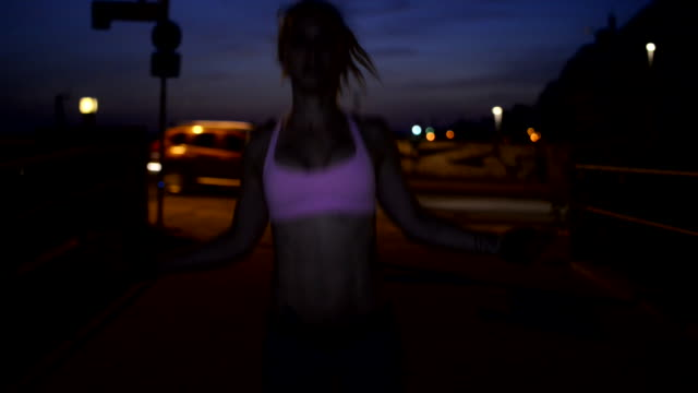 vidéos et rushes de woman doing jump roping in the street. - entraînement cardiovasculaire