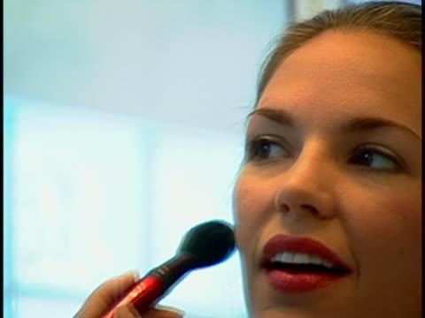 vidéos et rushes de woman doing makeup - fard à joues