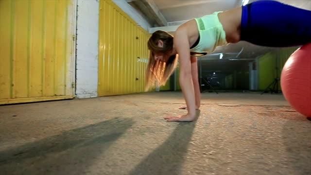 Frau macht Pilates
