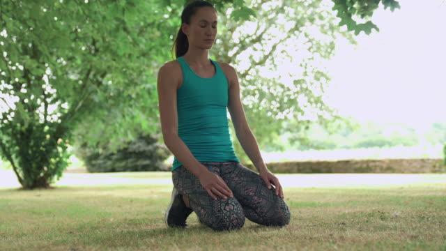 woman doing plank - ウィルトシャー州点の映像素材/bロール