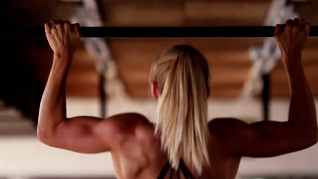 vídeos y material grabado en eventos de stock de mujer haciendo pull ups - gym