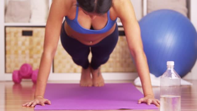 vídeos y material grabado en eventos de stock de woman doing pushups - entrenamiento sin material