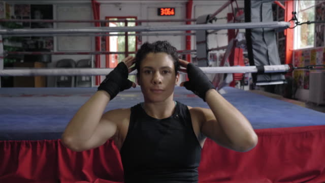 woman doing sit-ups - sit ups stock videos & royalty-free footage