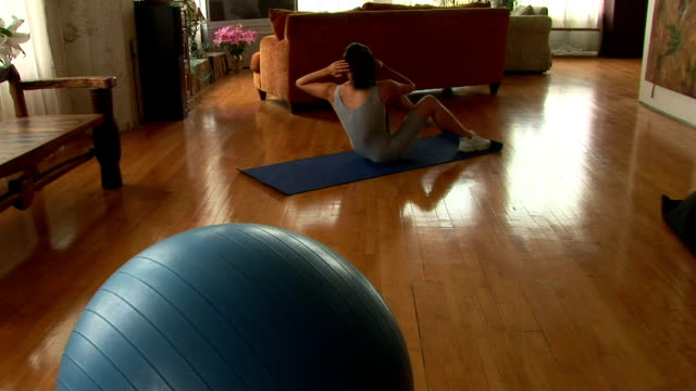 woman doing sit-ups - gymnastikanzug stock-videos und b-roll-filmmaterial