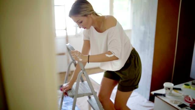 stockvideo's en b-roll-footage met vrouw doen sommige verbeteringen van het huis - gereedschap