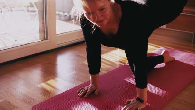 vídeos y material grabado en eventos de stock de woman doing sport in front of laptop with online coach. - una mujer de mediana edad solamente