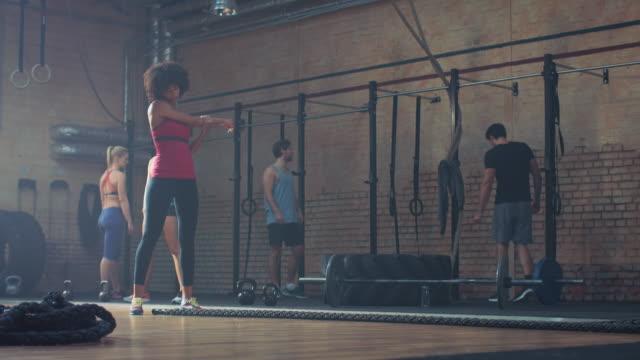 vídeos de stock, filmes e b-roll de mulher fazendo exercício difícil com cordas - cordão